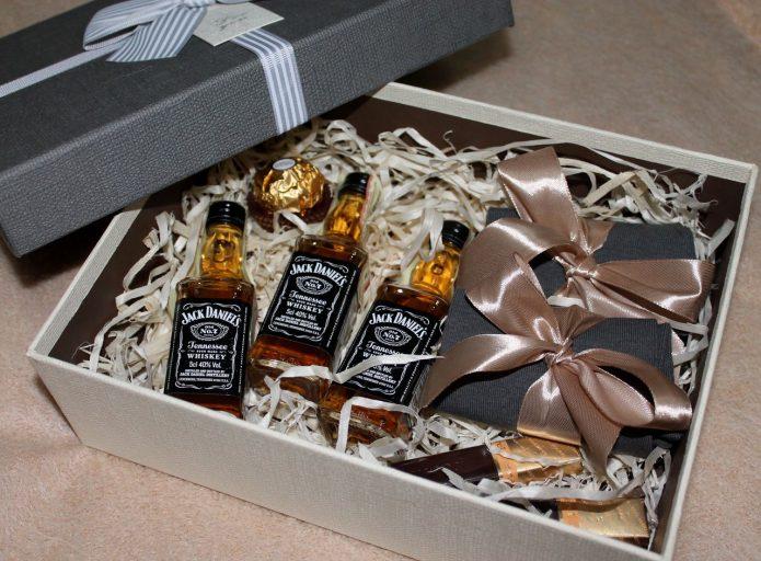 Коробка с виски, конфетами и носками