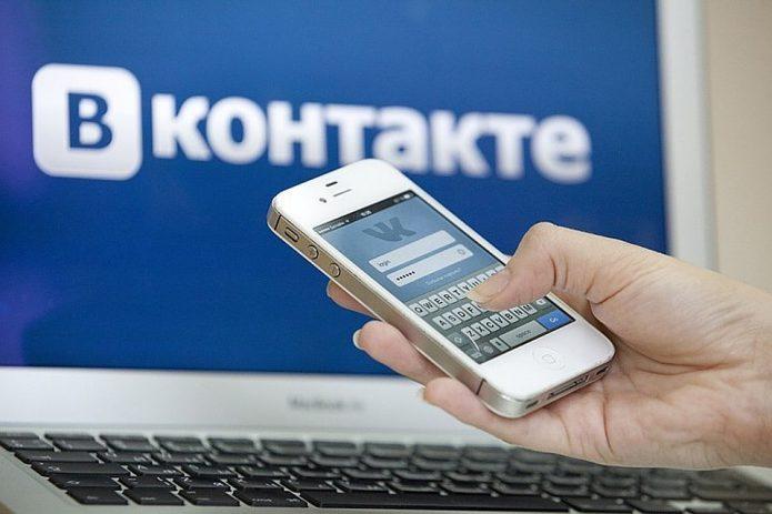 ВКонтакте на компьютере и смартфоне