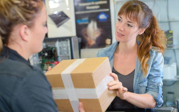 Женщина возвращает товар в магазине