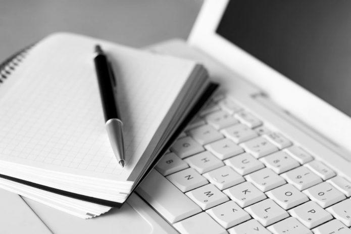 Ноутбук, блокнот и ручка