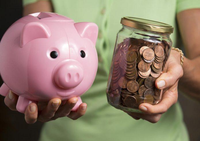 Копилка в виде свиньи и монеты в стеклянной банке