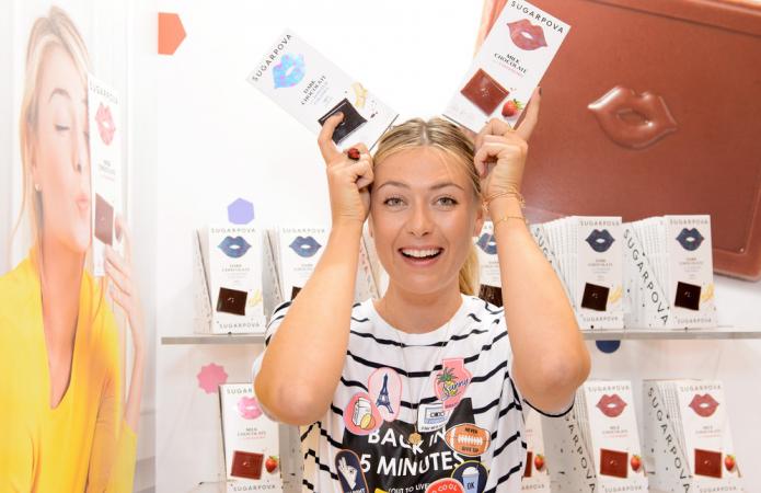 Мария Шарапова со сладостями своего бренда