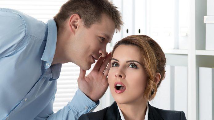 мужчина шепчет на ухо
