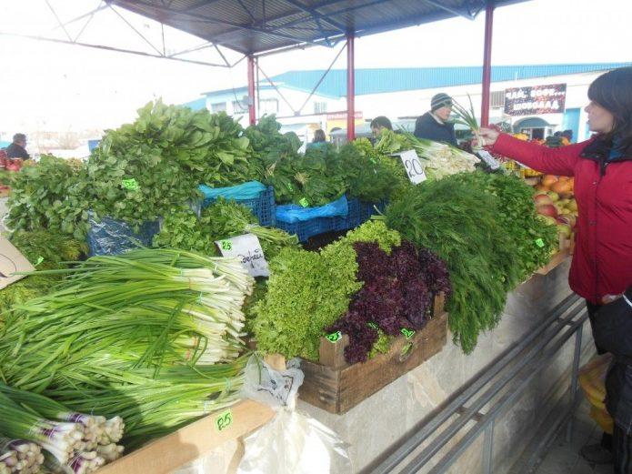 Тоговля зеленью на базаре