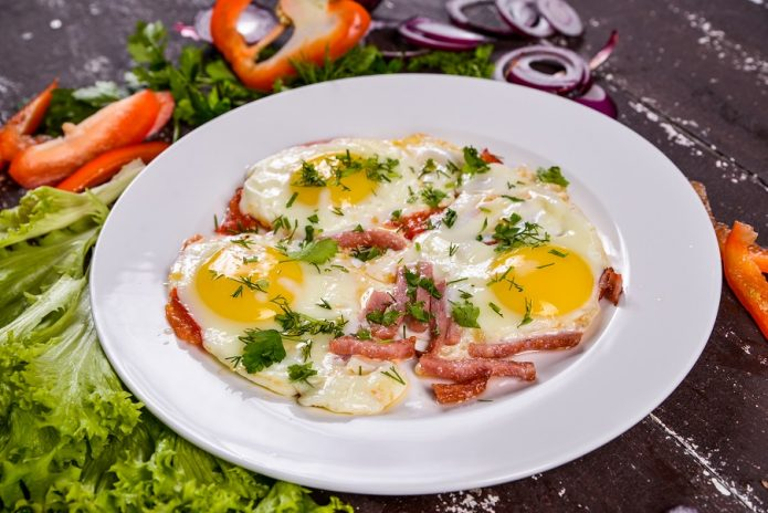 Быстрое и легкое блюдо — яичница