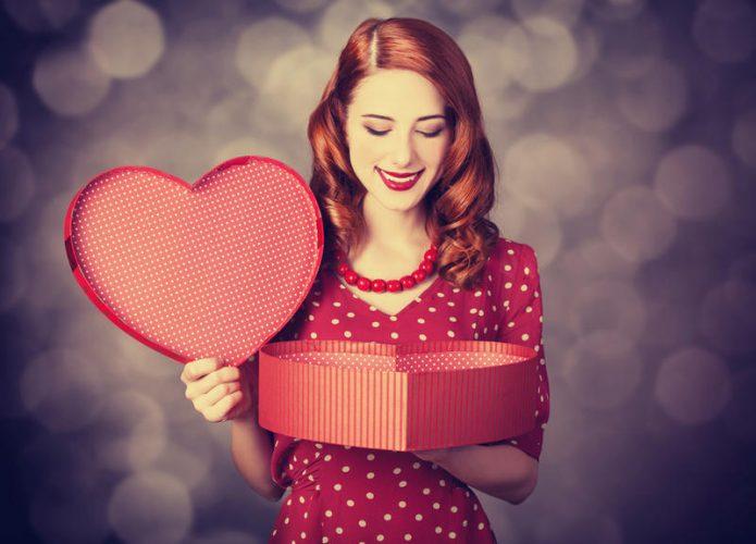 Девушка держит коробку в форме сердца