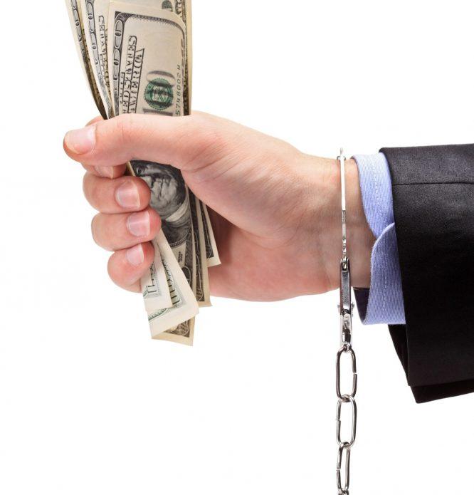 Рука с долларами и цепью