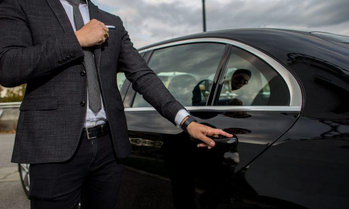 Мужчина открывает дверцу автомобиля