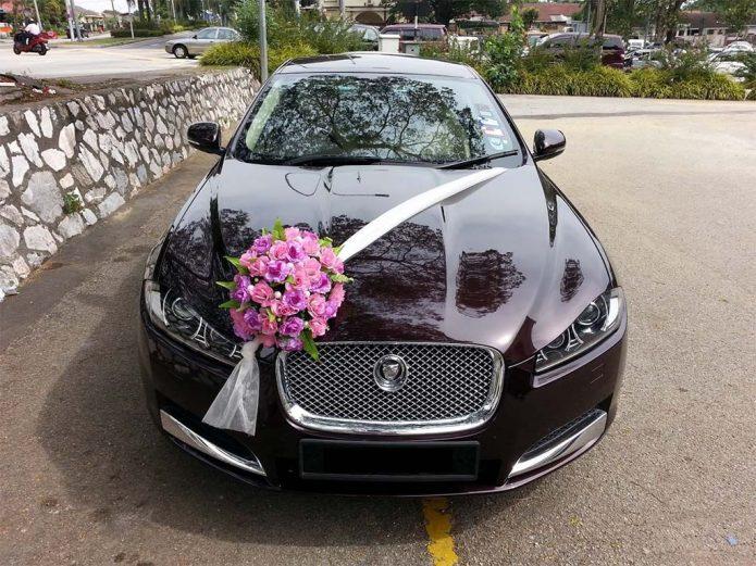 Свадебный автомобиль, украшенный букетом роз