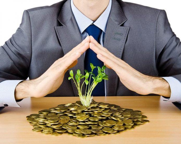 Сложенные руки над монетами