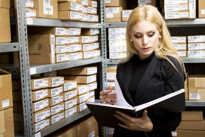 Девушка листает книгу в архиве