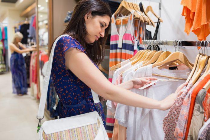Девушка выбирает товар в магазине