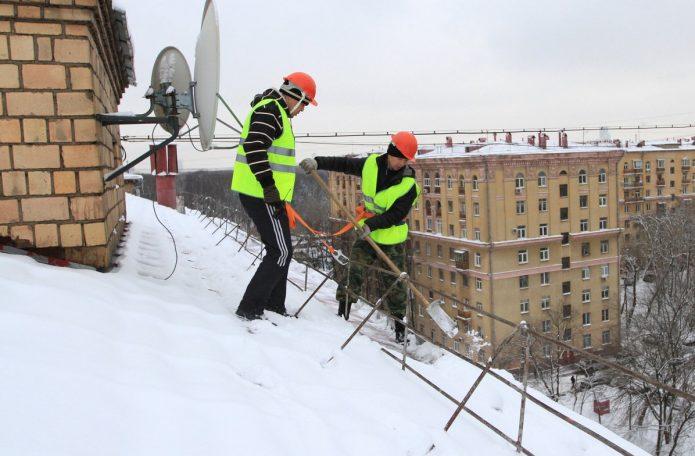 Коммунальщики чистят крышу от снега