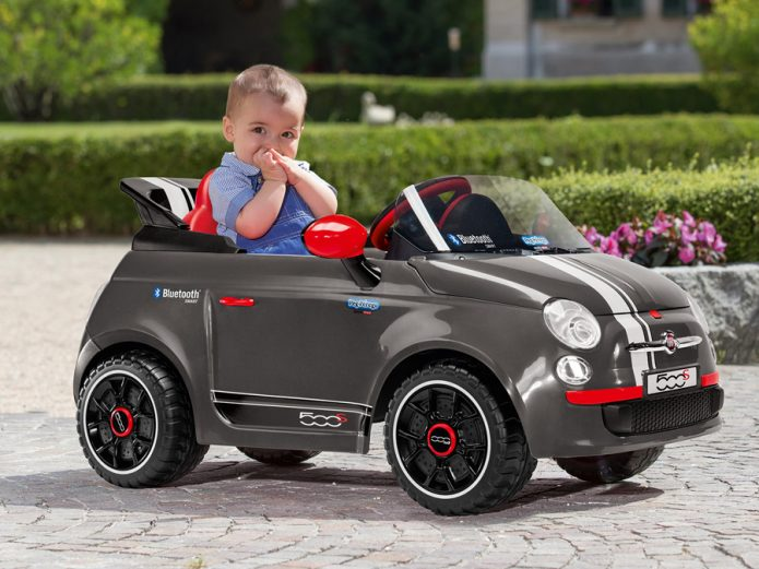 Мальчик в электромобиле