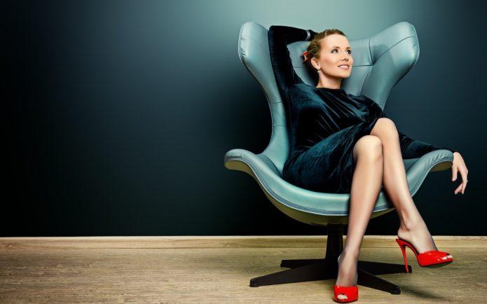 Позитивная девушка в кресле