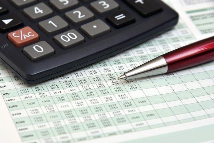 Налоговый отчёт, калькулятор и ручка