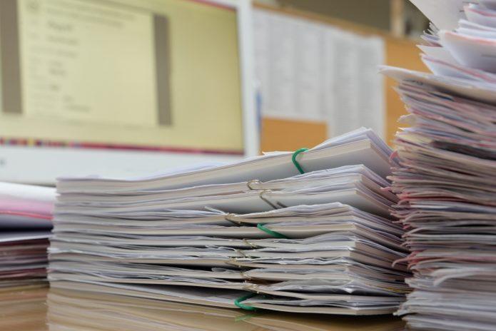 Кипа бумаг на столе
