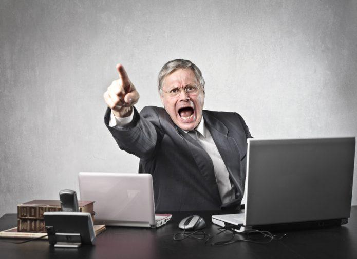 Начальник кричит на подчинённого