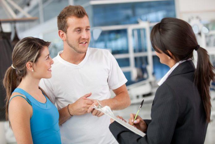 Женщина в деловом костюме общается с людьми