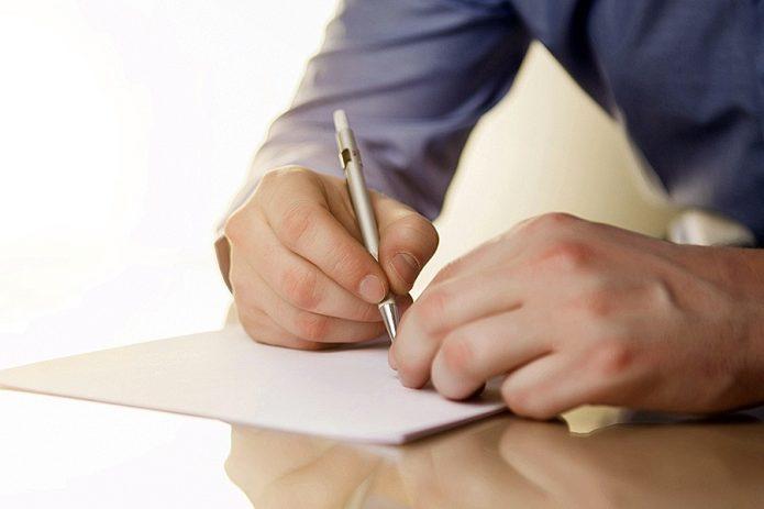 Мужчина пишет письмо