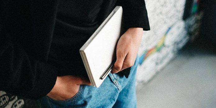 Мужчина с блокнотом и ручкой