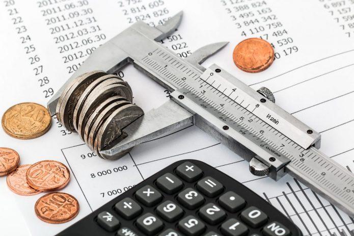 Деньги, документ и измерительный ключ