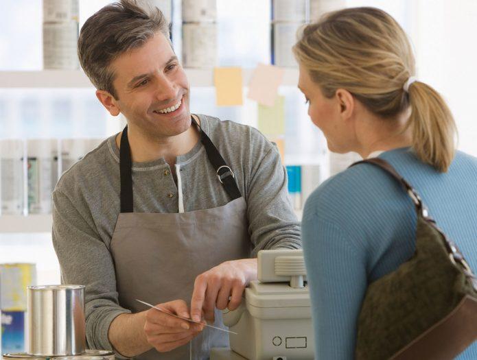 Продавец что-та разъясняет покупателю