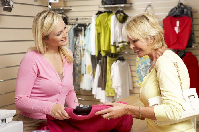 Продавец предлагает одежду