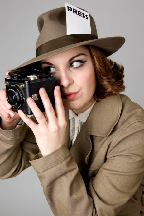 Журналистка с фотоаппаратом