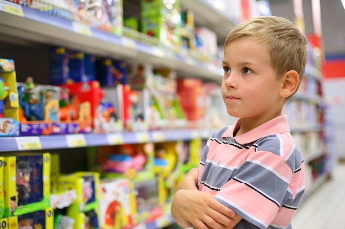 Мальчик в магазине игрушек