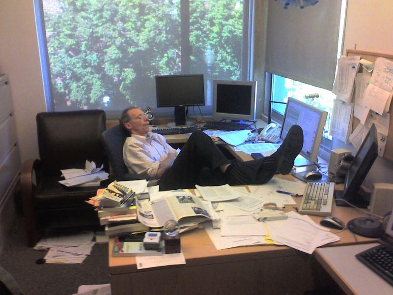 Подборка забавных фото людей, спящих на работе