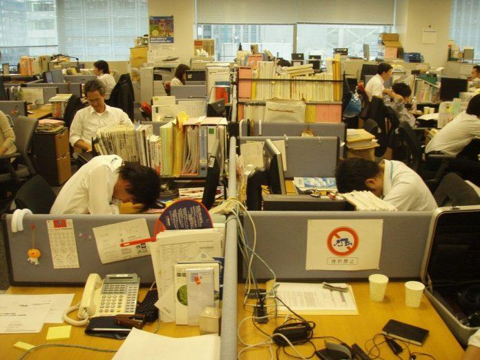 Спящие работники в офисе