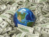 Глобус лежит среди денег