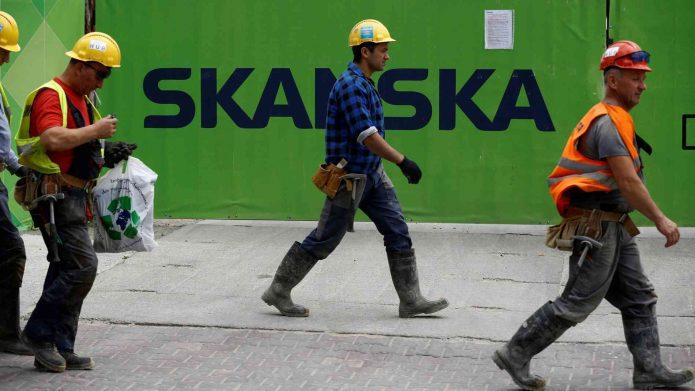 Рабочие в касках