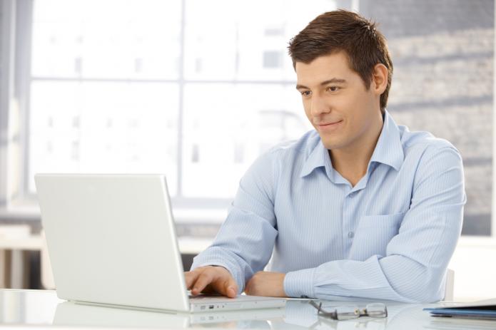 Мужчина смотрит в ноутбук
