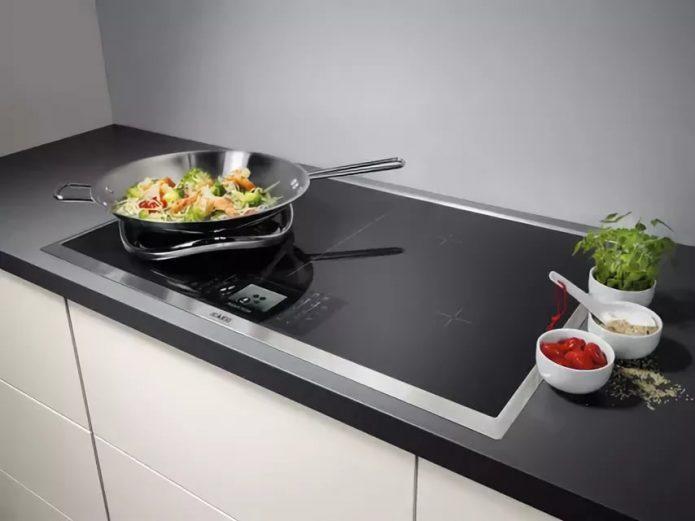 Индукционная варочная панель на кухне