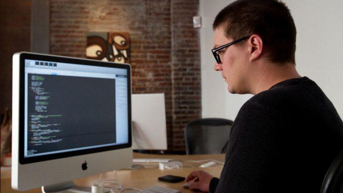 Мужчина выполняет работу в компьютере