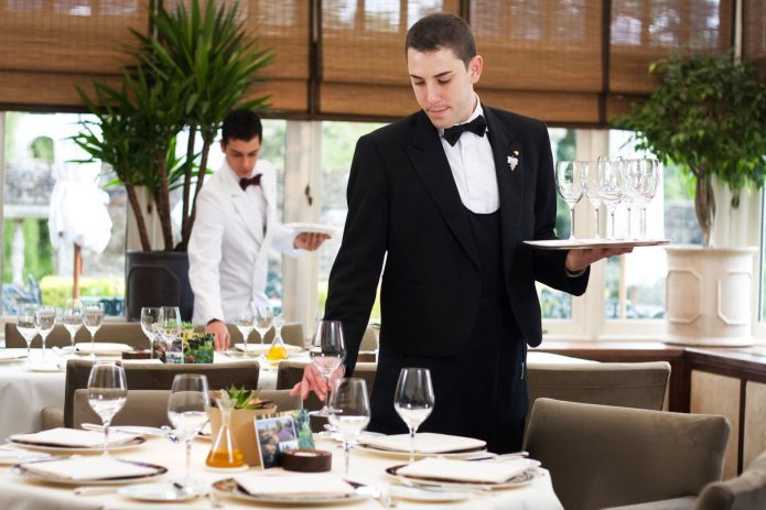 Официант в кафе