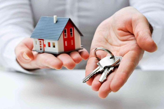 Дом и ключи на ладони