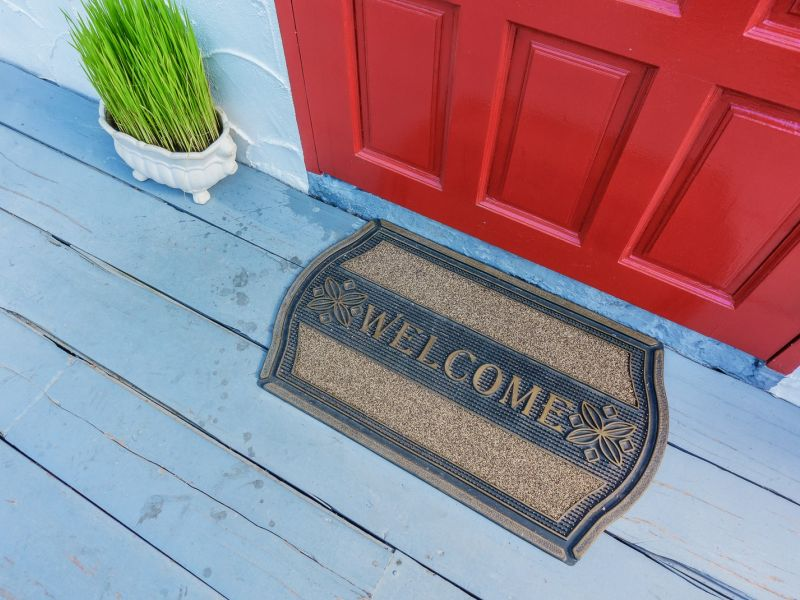 Что положить под порог, чтобы привлечь богатство в дом