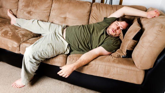ленивый мужчина на диване