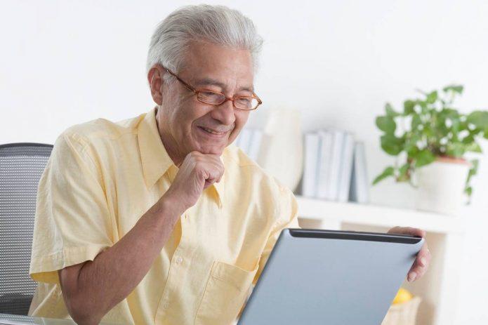 Пенсионер за ноутбуком