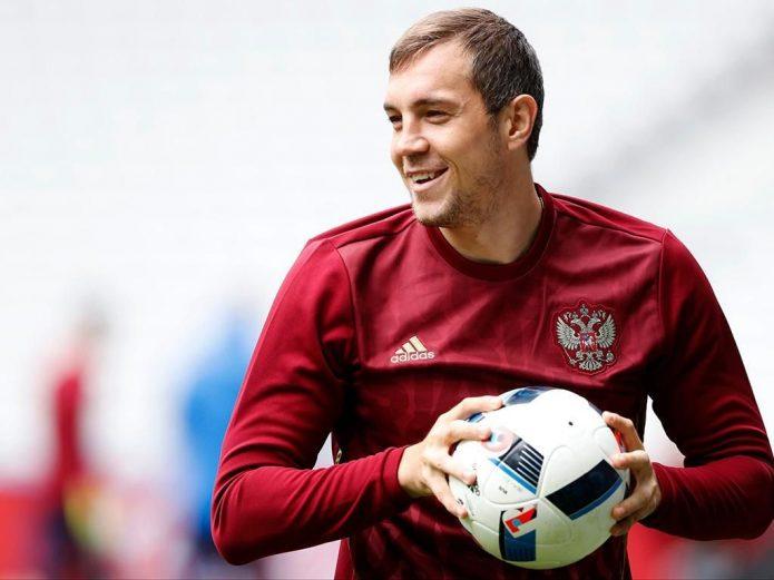 Артём Дзюба с мячом в руках