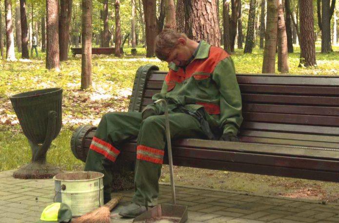 уставшие люди на работе